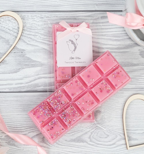 Miss Dior inspired snap bars Bow is a classic feminine fragrance indulged with notes of gardenia zesty lemon, bergamot and ylang combined with rose jasmine and muguet layered upon a beautiful base of moss, patchouli sandal wood and leather.