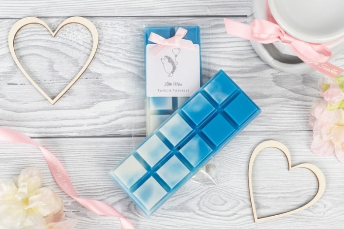 Coconut Waterfall snap bars A fresh floral fragrance Cool marine notes & sea salt conspire with nuances of tropical coconut. Cascading Lilly rose, freesia & jasmine intertwined with sandalwood musk & amber