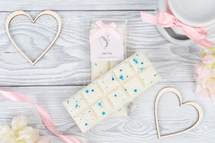 Fairy snap bars A rich powdery floral fragrance with fresh green and aldehydic top notes leading to a floral heart of rose, lily, jasmine, violet and muguet with a powdery base of soft woods and sweet musk.