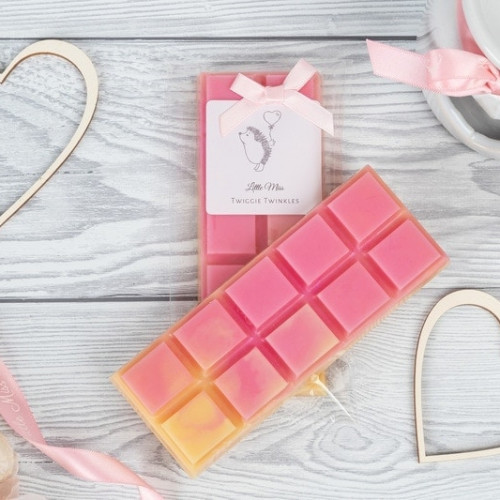 Honeysuckle & Sandalwood snap bars A fruity floral accord with top notes of orange, lime, lemon, apple pear peach and lavender, leading onto a sweet floral middle tone of honeysuckle, rose, violet & lily on a base of sandalwood, vanilla, tonka cedar, musk amber and Carmel.